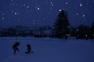 雪降る夕暮れ FYI00454971