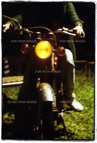 バイクにのる女性 FYI00456359