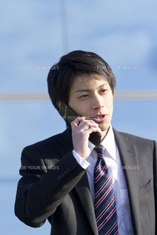 携帯電話で話すビジネスマン FYI00459969