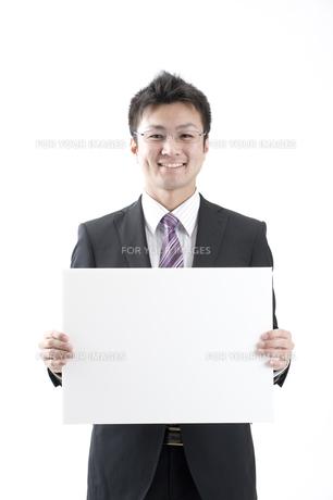 ホワイトボードを持ったビジネスマン FYI00459983