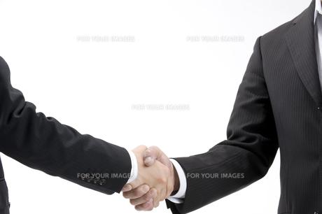 握手するビジネスマン FYI00459988