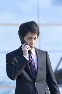 携帯電話で話すビジネスマン FYI00459990