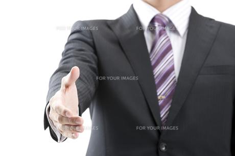 握手するビジネスマン FYI00460005