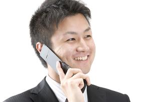 携帯電話で話すビジネスマン FYI00460017
