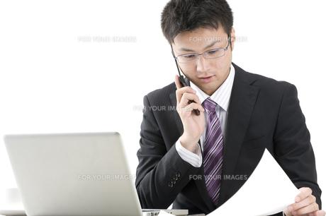 携帯電話で話すビジネスマン FYI00460024