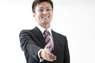 握手するビジネスマン FYI00460029