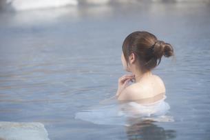露天風呂に浸かる女性 FYI00460109