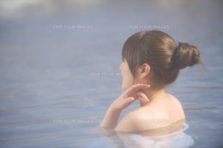 露天風呂に浸かる女性 FYI00460122
