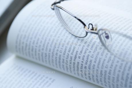 メガネと本 FYI00460136