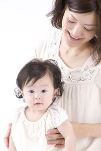 赤ちゃんと母親 FYI00460246
