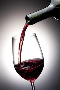 注がれる赤ワイン FYI00460291