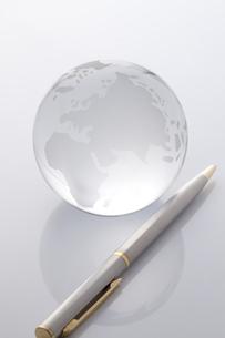 ガラスの地球儀とペン FYI00460472