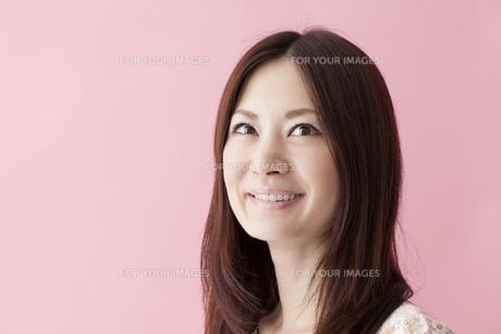 笑顔の女性 FYI00460554