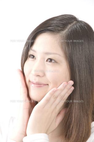 スキンケアする女性 FYI00460592
