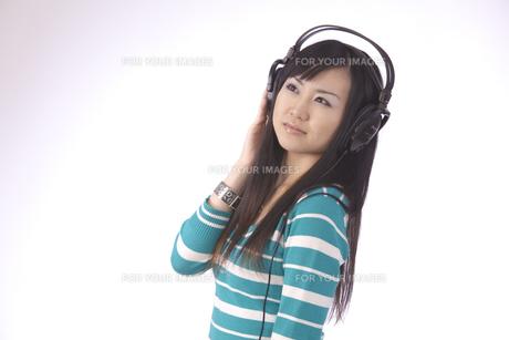 ヘッドホンで 音楽を聴く 若い女性の素材 [FYI00461364]
