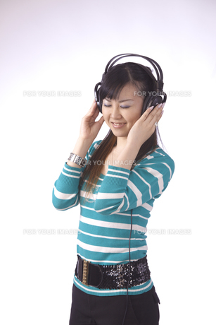 ヘッドホンで 音楽を聴く 若い女性の素材 [FYI00461376]