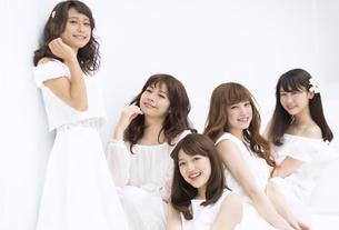 微笑む女性たち FYI00465530