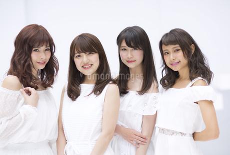 微笑む女性たち FYI00465531