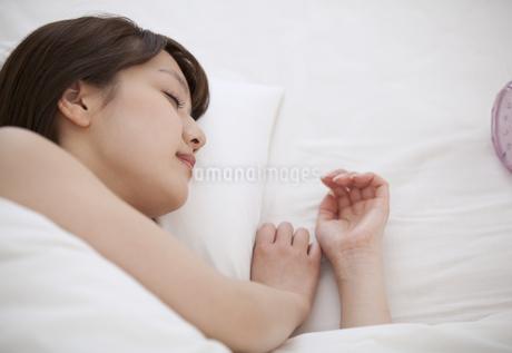 ベットで眠る女性 FYI00465535