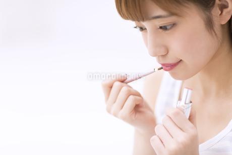 口紅を塗る女性 FYI00465547