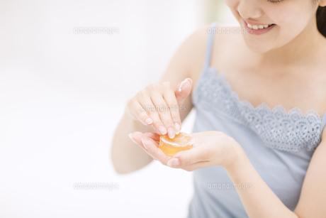 石鹸を擦る女性の手元 FYI00465556