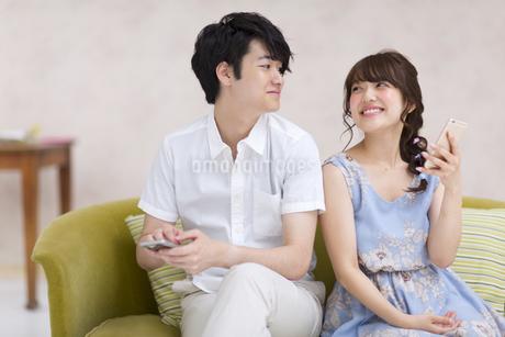 ソファーに座って見つめ合うカップル FYI00465570