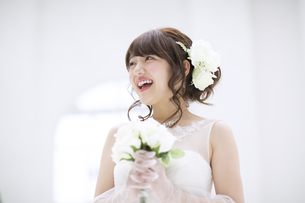 ブーケを持ち微笑む花嫁 FYI00465641