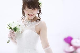 ブーケを持ち微笑む花嫁 FYI00465642