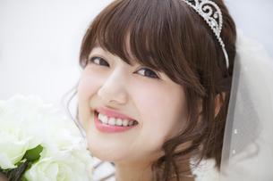 ブーケを持ち微笑む花嫁 FYI00465646