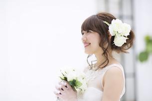 ブーケを持ち微笑む花嫁 FYI00465650