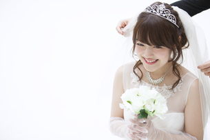 ブーケを持ち微笑む花嫁 FYI00465652