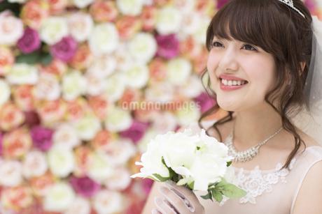 ブーケを持ち微笑む花嫁 FYI00465653