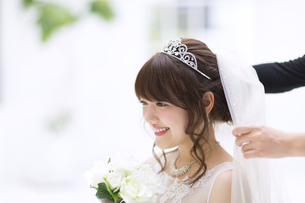 ブーケを持ち微笑む花嫁 FYI00465654