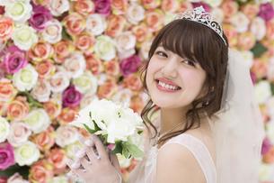 ブーケを持ち微笑む花嫁 FYI00465655