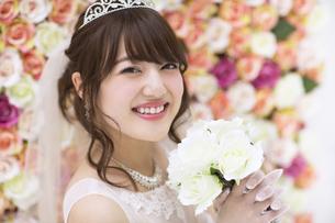 ブーケを持ち微笑む花嫁 FYI00465657