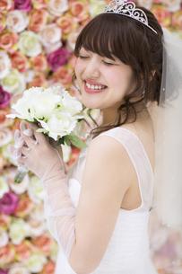 ブーケを持ち微笑む花嫁 FYI00465658