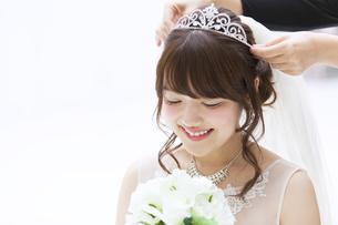 ブーケを持ち微笑む花嫁 FYI00465659