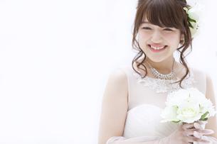 ブーケを持ち微笑む花嫁 FYI00465662