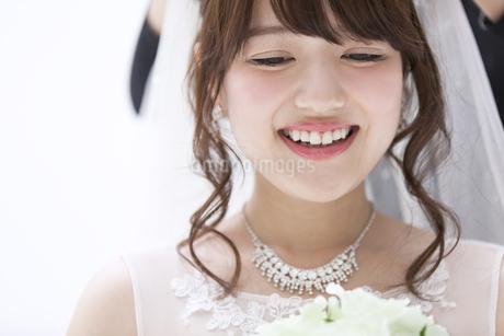 ブーケを持ち微笑む花嫁 FYI00465663