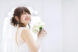 ブーケを持ち微笑む花嫁 FYI00465664