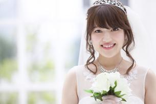 ブーケを持ち微笑む花嫁 FYI00465668