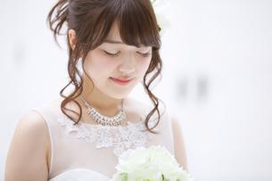ブーケを持ち微笑む花嫁 FYI00465669