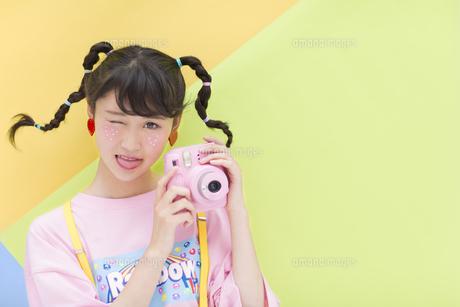 カメラを手に持つ女性 FYI00465678
