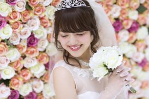 ブーケを持ち微笑む花嫁 FYI00465681