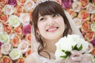 ブーケを持ち微笑む花嫁 FYI00465682