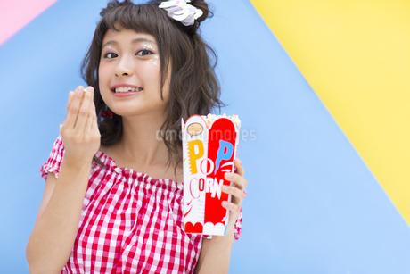 ポップコーンを食べる女性 FYI00465689