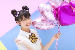 風船を持って笑う女子学生 FYI00465701