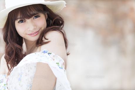 微笑む女性のポートレート FYI00465724