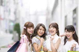 ショッピングを楽しむ女性4人 FYI00465726
