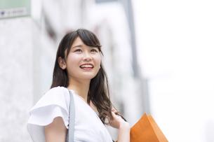 ショッピングを楽しむ女性 FYI00465731